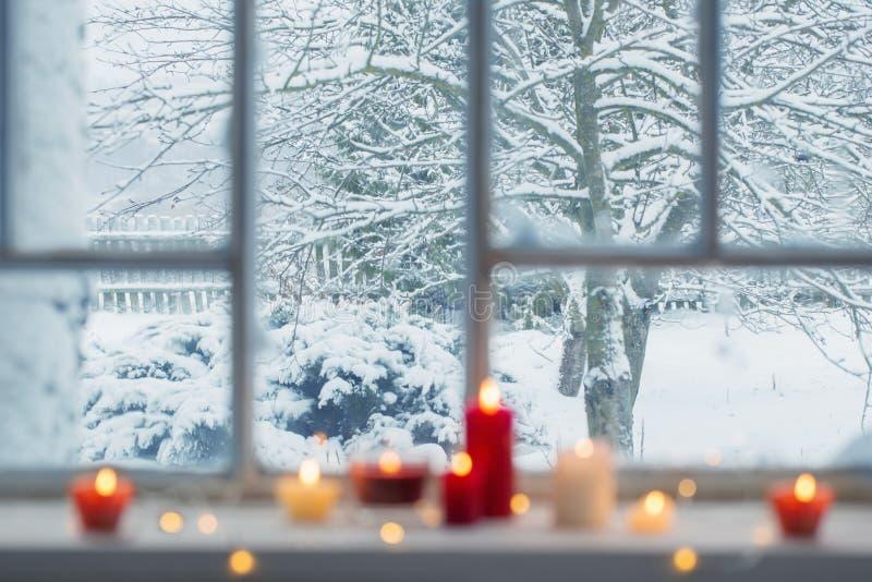 在窗台的灼烧的蜡烛 免版税库存照片