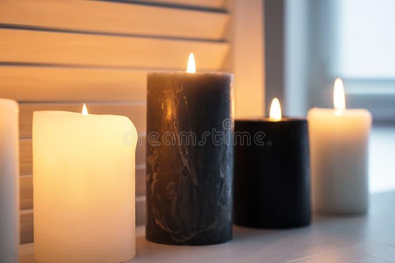 在窗台的美好的灼烧的蜡烛 库存图片