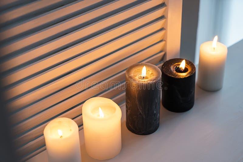 在窗台的美好的灼烧的蜡烛 免版税库存图片