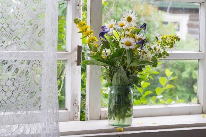 在窗台的花束 库存照片