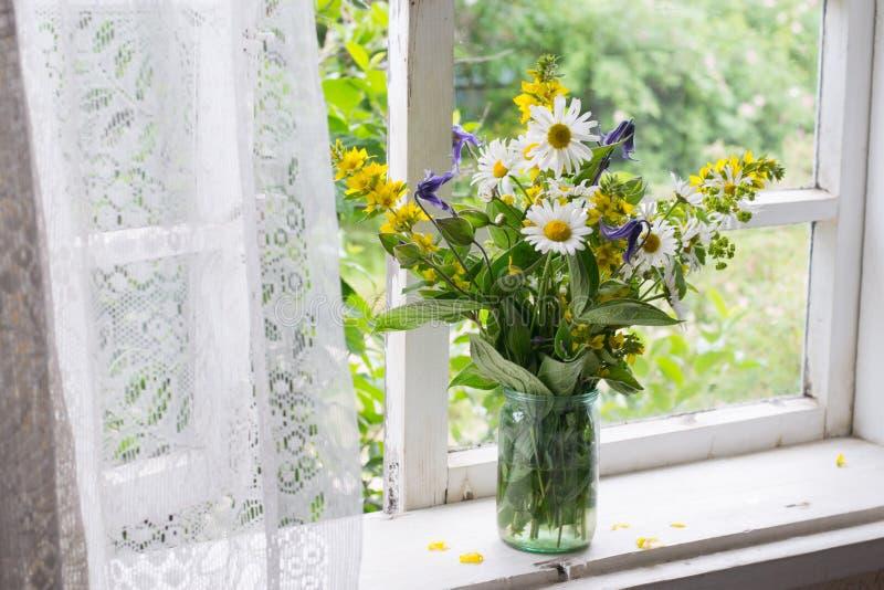 在窗台的花束 免版税库存照片