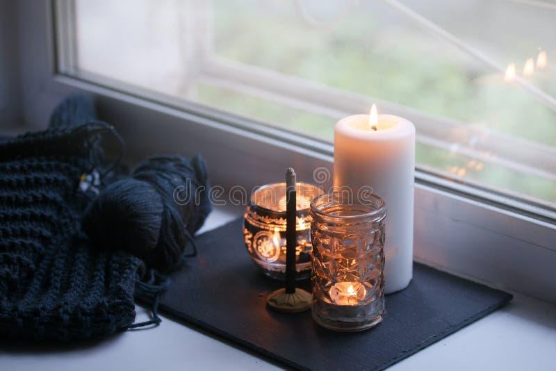 在窗台的蜡烛和芳香棍子 概念放松,平静,平安,拔去,平衡的时间,保留kalm并且松懈, 图库摄影