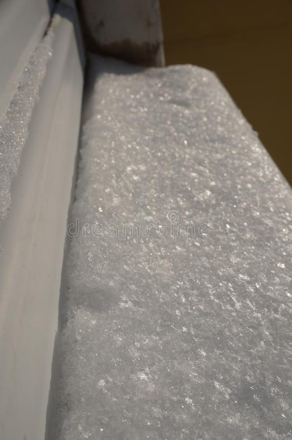 在窗台的雪闪闪发光 免版税库存照片