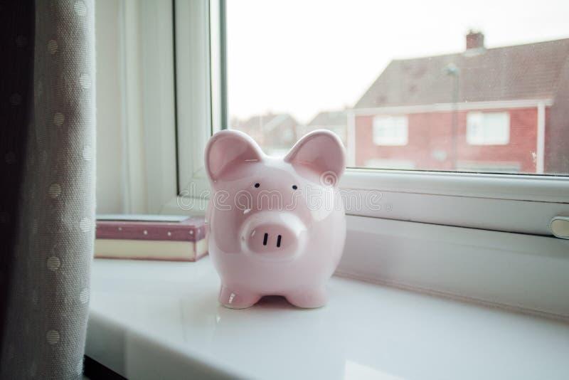 在窗台的Piggybank 免版税库存图片