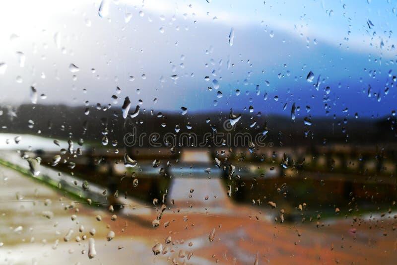 在窗玻璃的雨珠 图库摄影