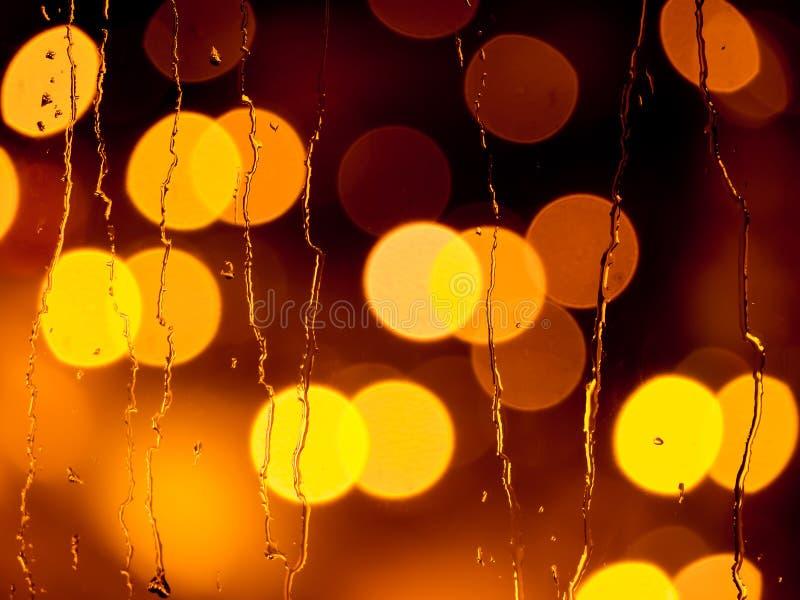 在窗玻璃的雨珠在晚上 库存照片