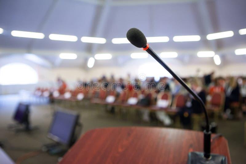 在立场的话筒在观众前面 库存图片