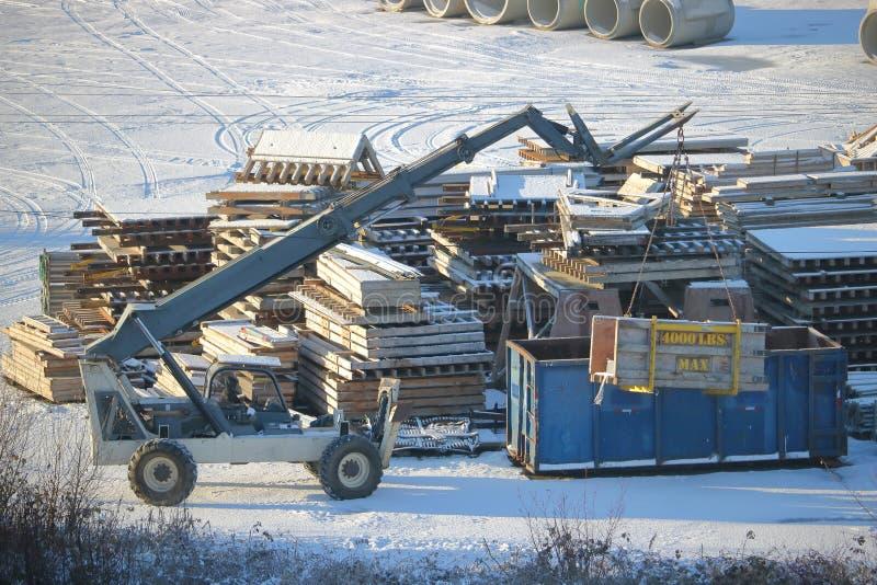 在站点的工业铲车 库存照片