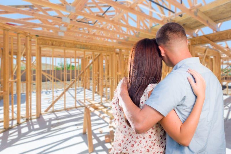 在站点的年轻军事夫妇在他们新的家庭建筑里面 免版税库存图片