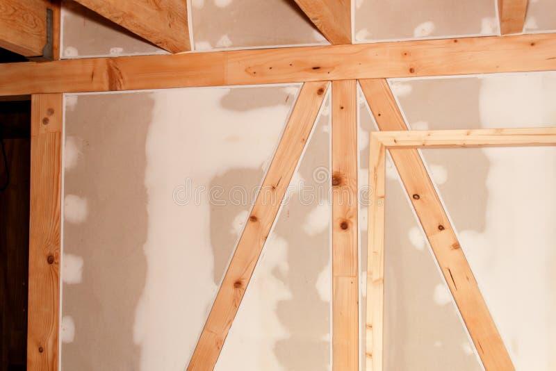在站点的石膏板 绝缘材料的设施在一个生态家 对在建筑业的石膏板的用途 免版税图库摄影