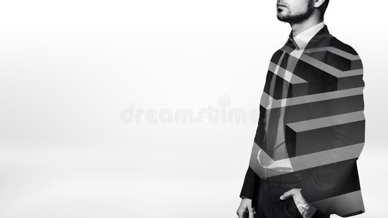 在站立在与一个迷宫的白色透明的线的半侧视图的黑白射击的一个商人在他的身体的 库存照片