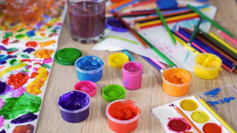 在站立在桌上的瓶的明亮的树胶水彩画颜料油漆在俱乐部,创造性,特写镜头 库存图片