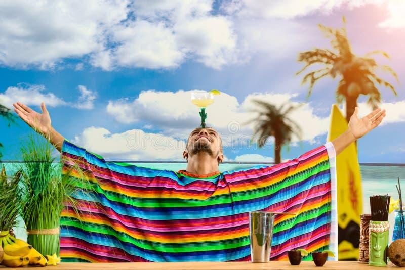 在站立在ba的英俊的墨西哥侍酒者的选择聚焦 免版税库存图片