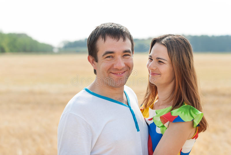 在站立的爱的年轻美好的夫妇拥抱 库存图片