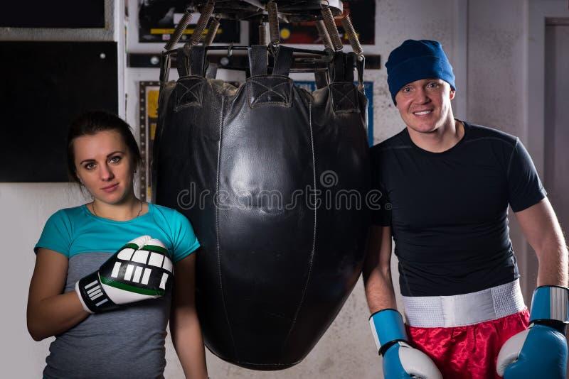 在站立近的拳击punchi的拳击手套的年轻运动的夫妇 免版税库存照片