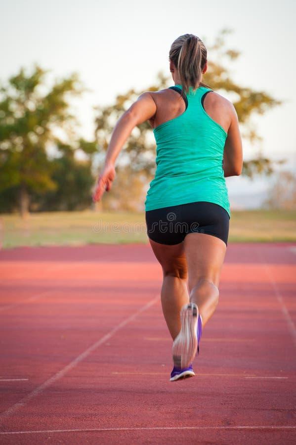 在竞技轨道的母赛跑者 免版税库存图片