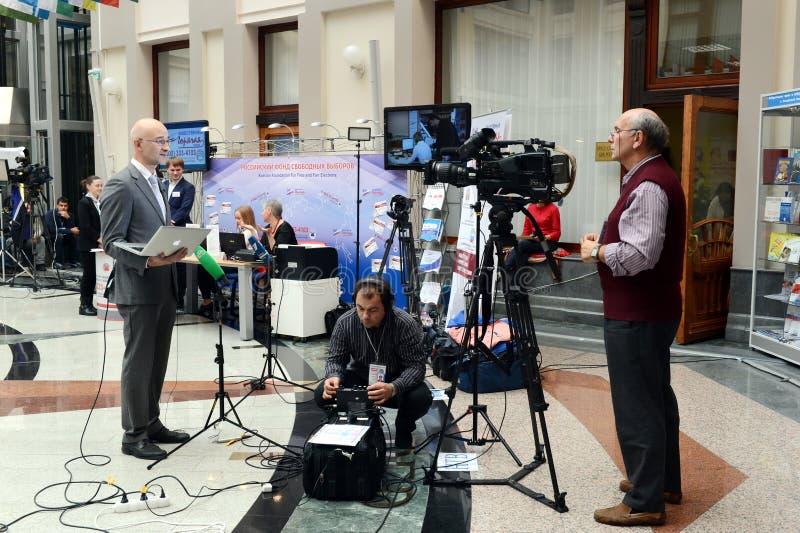 在竞选期间,电视工作人员从中央选举委员会报告 免版税库存照片