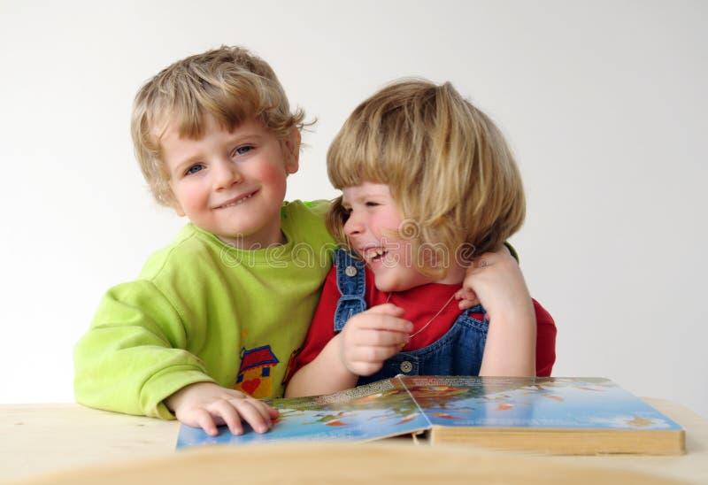 在童话故事期间读取的子项  免版税库存照片