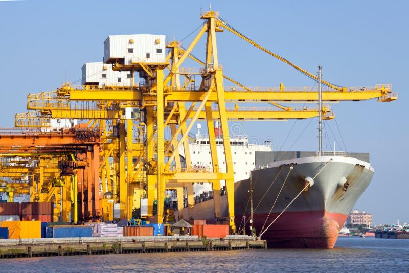 在端口的货物行业船 免版税图库摄影