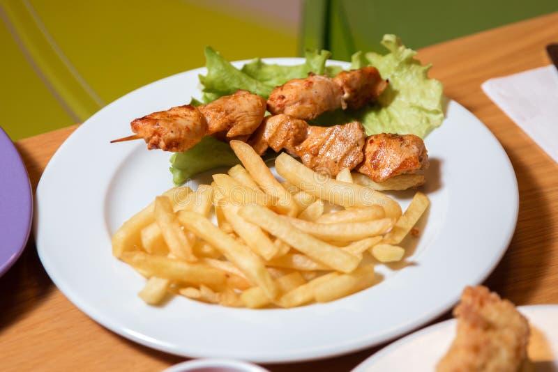 在竹串的烤鸡,看法的关闭 鸡kebab用在板材的软骨油炸物 库存图片
