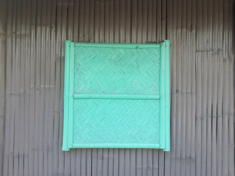 在竹墙壁上的木窗口 图库摄影