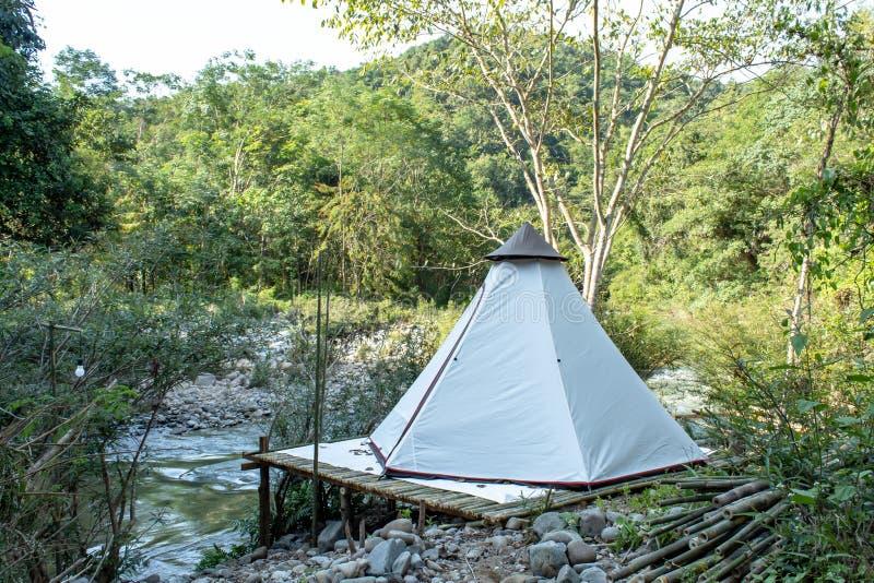 在竹子的帐篷沿在王楠Pua,南的小河 库存照片