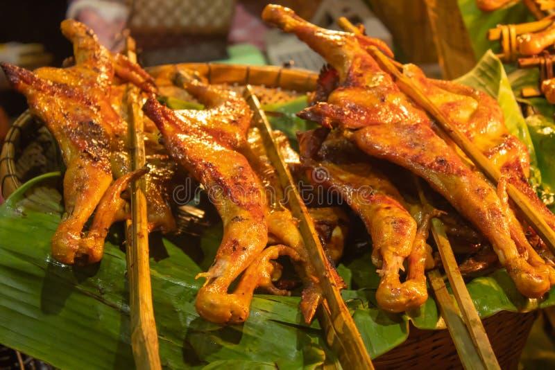 在竹子的烤鸡在香蕉离开 免版税图库摄影