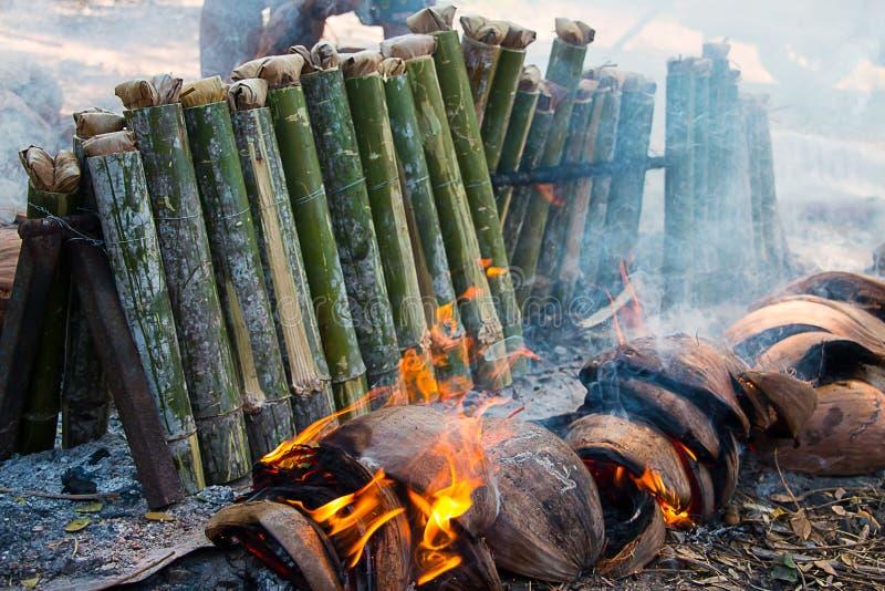 在竹子的黏米饭 免版税库存照片