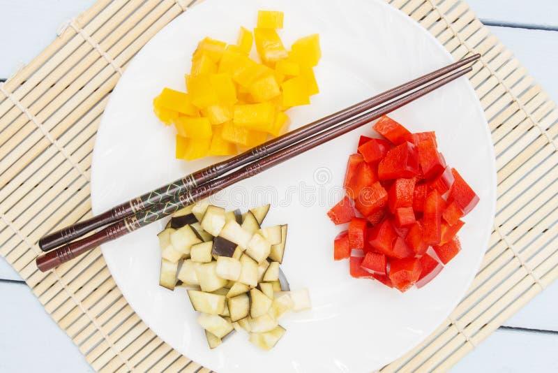 在竹席子的自然菜 沙拉或盘的Ingridients 中国和日本厨房概念 顶视图 免版税库存图片
