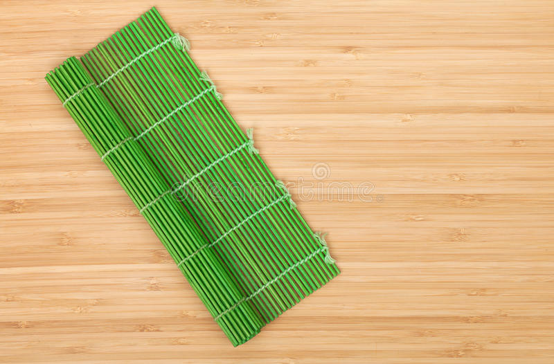 在竹桌的日本烹调席子 免版税图库摄影