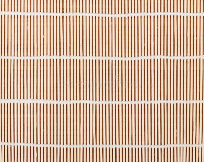 在竹桌的日本烹调席子 免版税库存图片