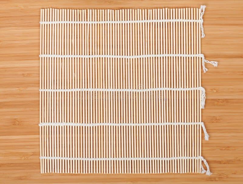 在竹桌的日本烹调席子 库存图片