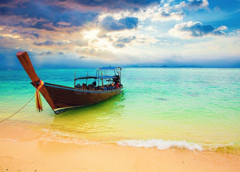 在竹海岛的Ssunset 发埃发埃海岛,泰国 库存照片