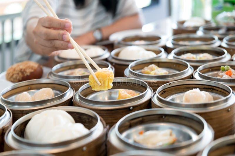 在竹篮子的中国放出的饺子在中国r的桌上 免版税库存照片
