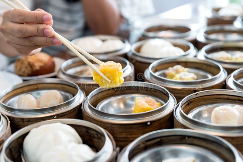 在竹篮子的中国放出的饺子在中国r的桌上 库存照片