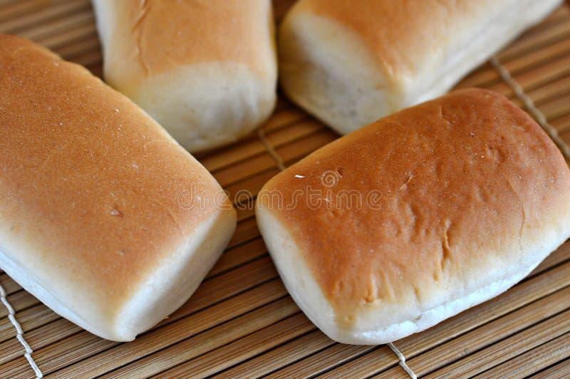 在竹背景下的四大面包面包 免版税库存照片