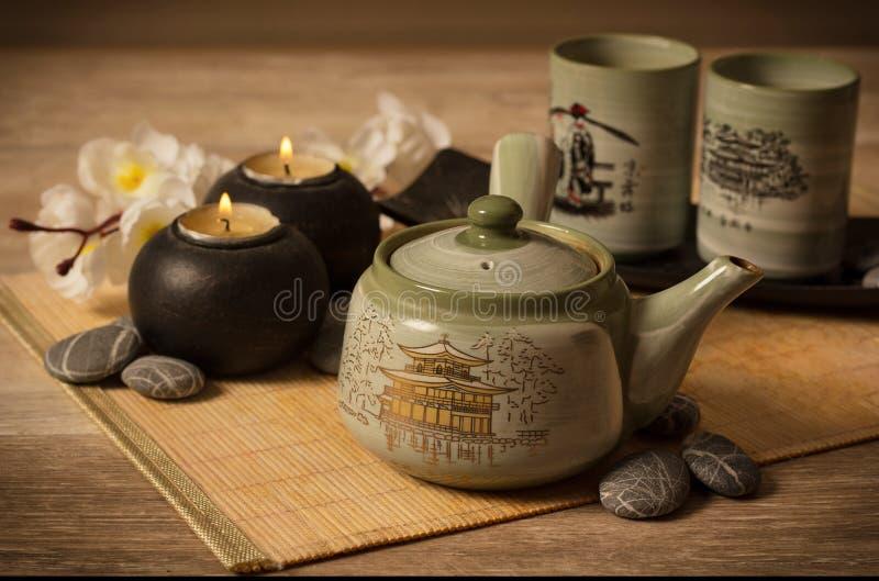 在竹背景的亚洲茶具 免版税库存图片