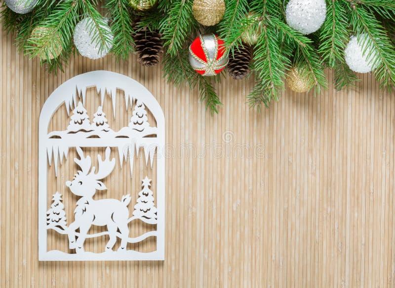 在竹背景的北鹿 圣诞节装饰装饰新家庭想法 免版税库存图片
