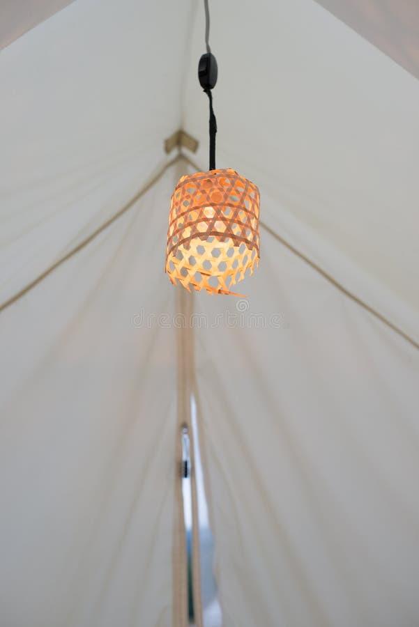 在竹藤条篮子的橙色灯 库存照片