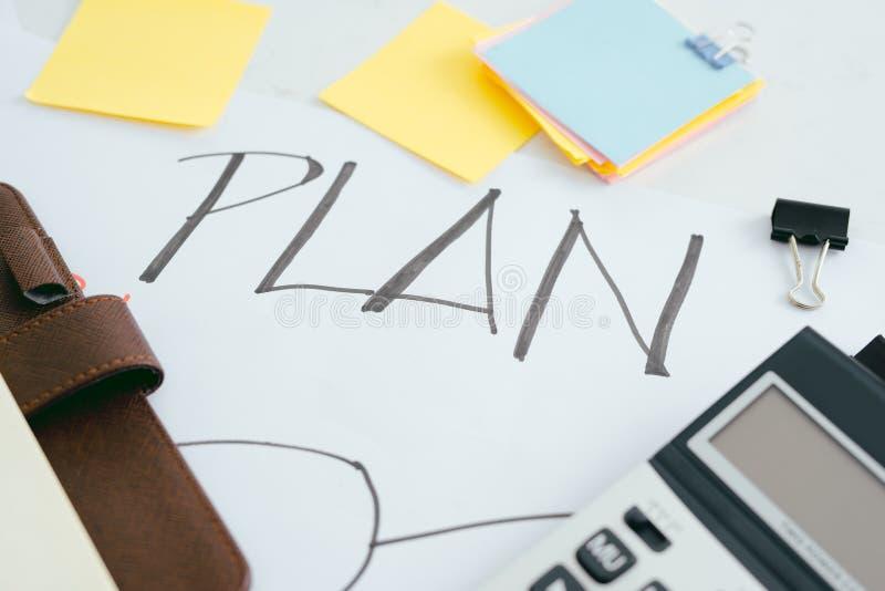 在笔记本写的销售计划,办公桌 库存图片