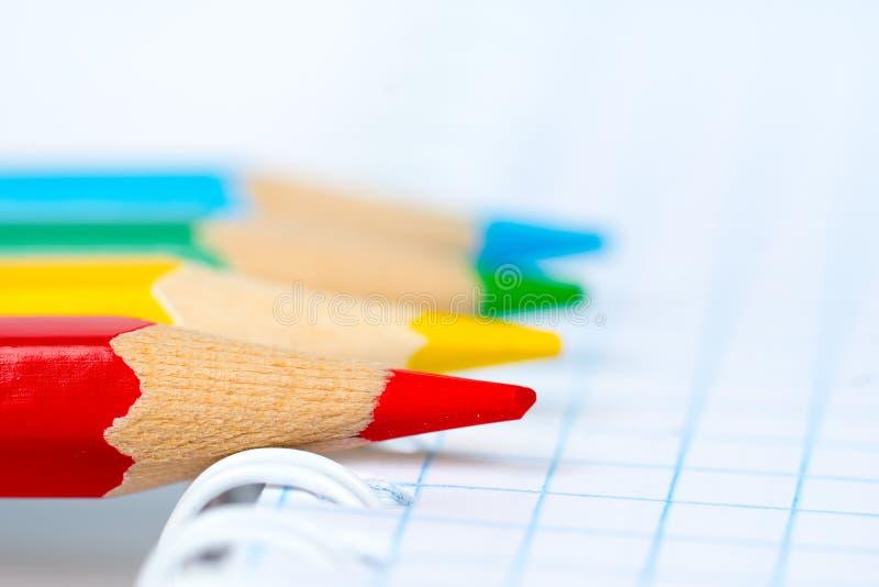 在笔记本的五颜六色的铅笔技巧 免版税库存图片