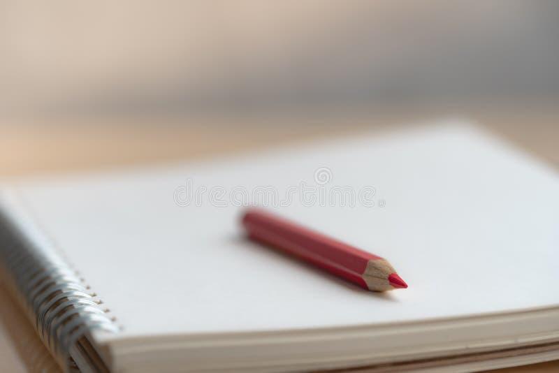 在笔记本的五颜六色的铅笔 免版税库存图片