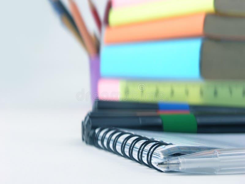 ?? 在笔记本的白色圆珠笔 r 免版税图库摄影