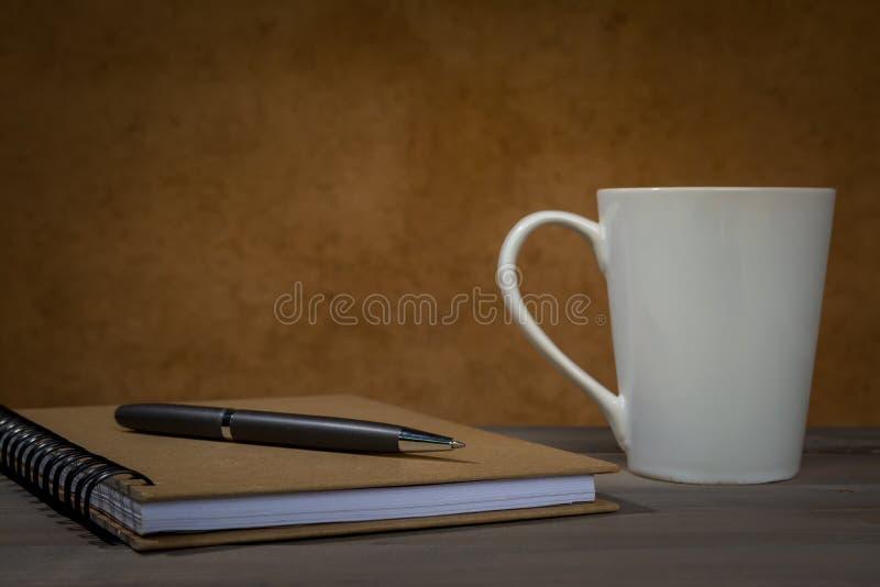 在笔记本的笔有咖啡杯的 库存照片