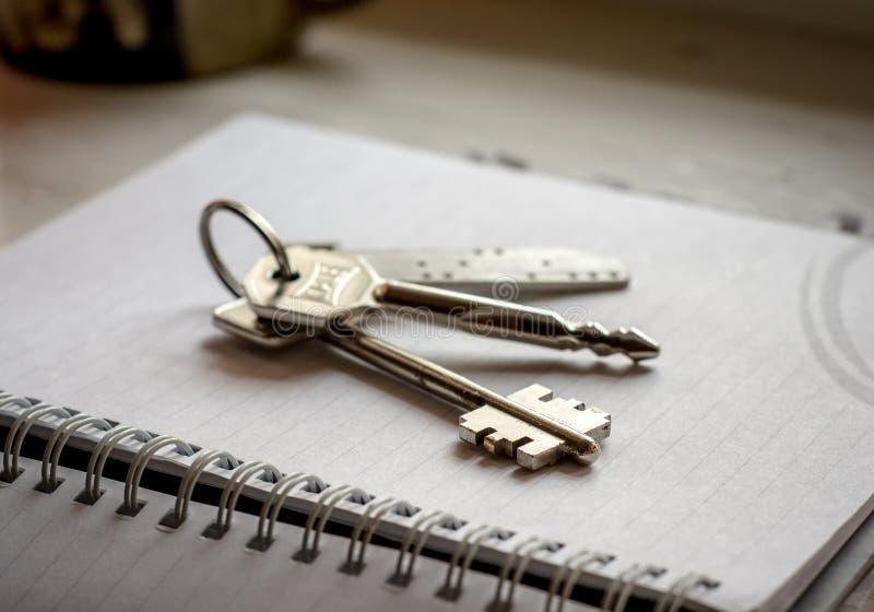 在笔记本的议院钥匙 免版税库存照片