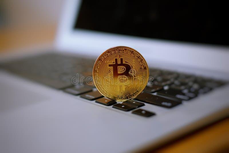 在笔记本的Bitcoin 图库摄影