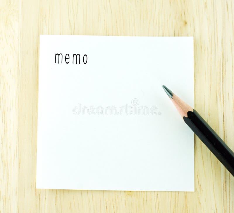 在笔记薄和铅笔的备忘录词在木桌上 库存照片