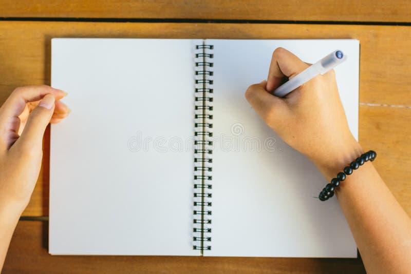 在笔记薄的女孩图画 免版税库存图片