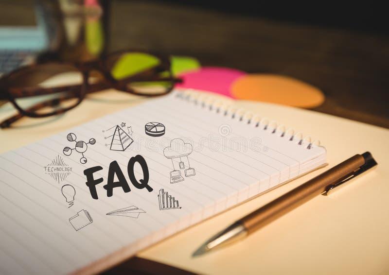 在笔记薄的常见问题解答乱画与玻璃和笔 免版税库存图片