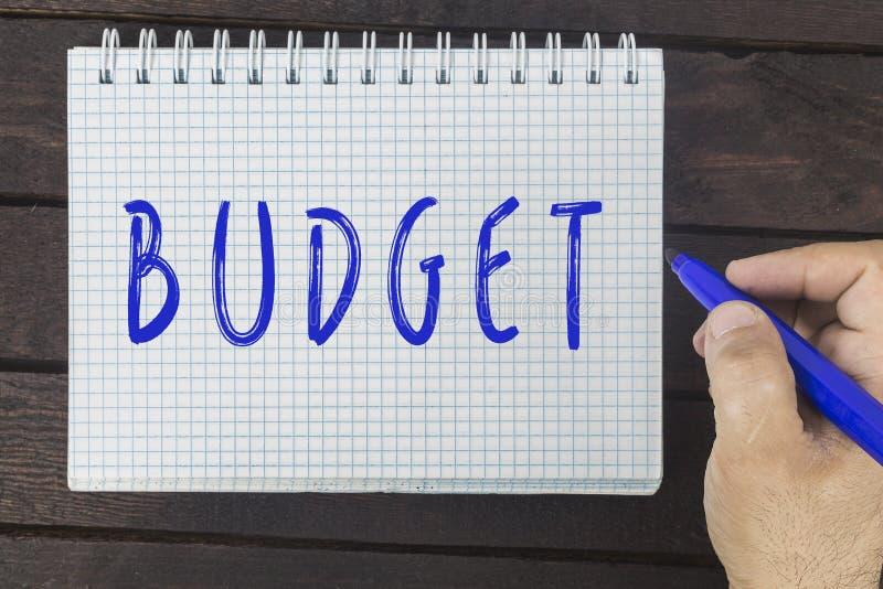 在笔记薄的手文字:预算 免版税库存图片